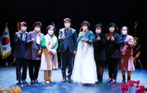 23일 서산시문화회관 소공연장에서 열린 서산시여성단체협의회 이취임식 후 단체사진.JPG