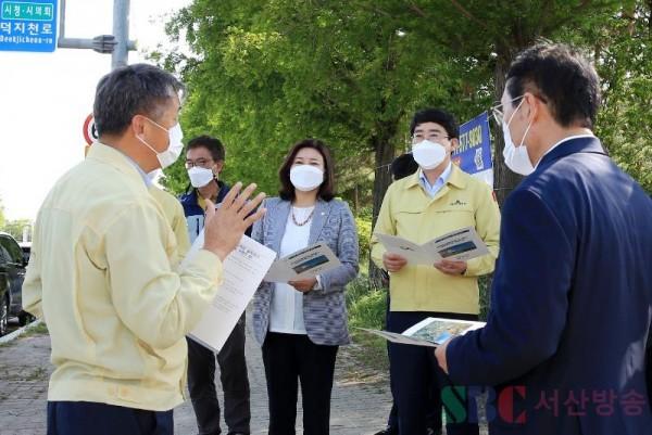 2. 지난 12일 중앙하이츠 후문 교차로 설치 현장 점검 장면.JPG
